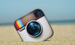 Instagram kuvake on pudonnut rannalle.