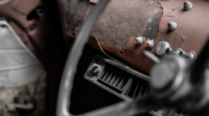 Vanhan auton ratti ja kojelauta - Sähköiset avaimet – turvariski, joka tulee ottaa hallintaan blogitekstin kansikuva