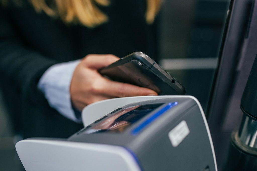 Lähimaksun-tietoturvan-kanssa-hällävälismiä - Lähimaksaminen-lisää-tietoturvariskiä - Lähimaksuominaisuudella varustetut pankkikortit eivät ole turvallisia.