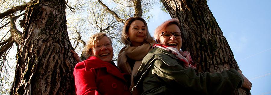 Diginaiset kiipesivät puuhun kuvattaviksi - Joanna Niininen, Outi Niskanen ja Tiina Weisell