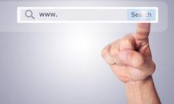 Sormi klikkaamassa hakukoneen Search-painiketta