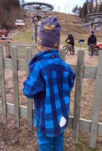 Ensimmäinen päivä Kokonniemen sisältömarkkinoinnissa. Kuvassa poikani katsoo hissiin meneviä pyöräilijöitä.