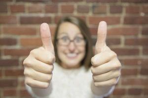 Menestyvä Facebook-kilpailu saa peukuttajia. Kuvassa nainen peukut pystyssä.