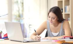 Tyttö tietokoneen ääressä